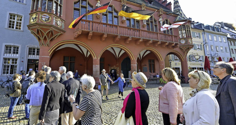 Geduld war vonnöten: Schlange vor dem Kaufhaussaal     Foto: Bamberger