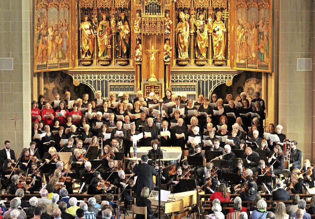 Der Chorraum im Neustädter Münster rei...nden bei Haydns Schöpfungs-Oratorium.   | Foto: Erich Krieger
