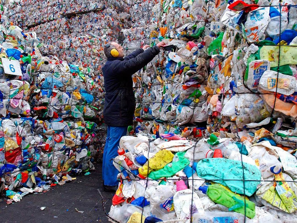 In Recyclinganlagen landen bisher nur 14 Prozent des Plastikabfalls.  | Foto: dpa