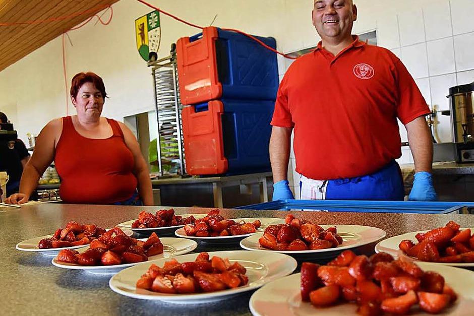 Das Erdbeer- und Spargelfest der Dunnerloch-Zotteli Grenzach-Wyhlen zeichnet sich nicht nur durch feines Essen sondern auch durch eine sehr gute Organisation aus. Das wissen die Gäste zu schätzen, die auch dieses Wochenende nach Wyhlen strömten. (Foto: Heinz u. Monika Vollmar)
