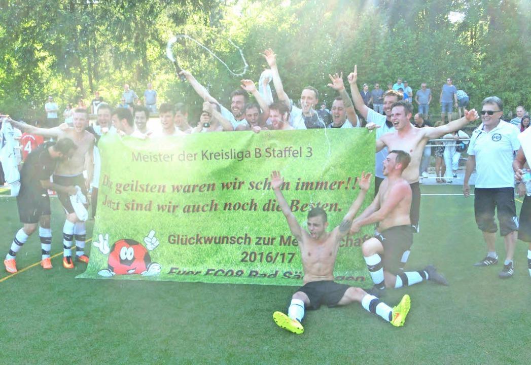 Groß war die Freude bei den Fußballern...vorzeitigen Gewinn der Meisterschaft.   | Foto: Hanspeter Joos