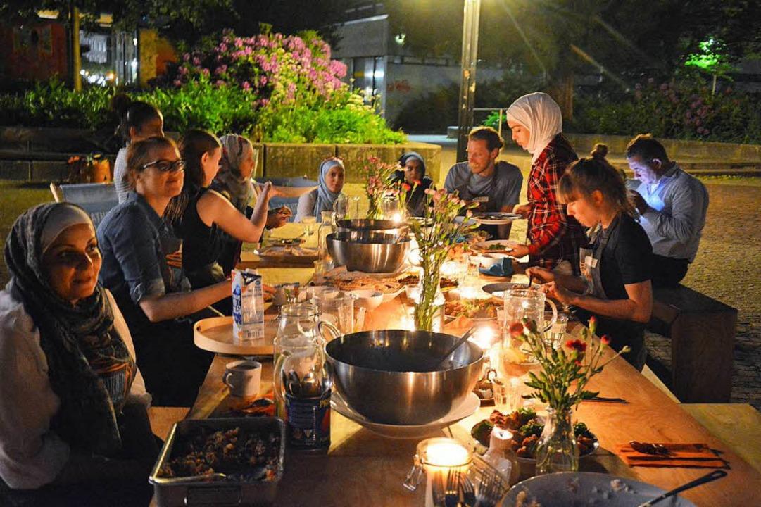 Schöne Stimmung beim gemeinsamen Essen auf dem Rathausplatz.  | Foto: Barbara Ruda