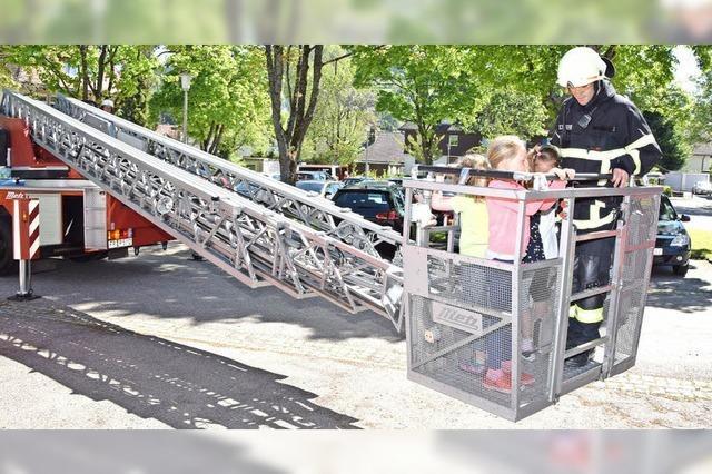 Feuerwehr übt im Kindergarten Arche Noah