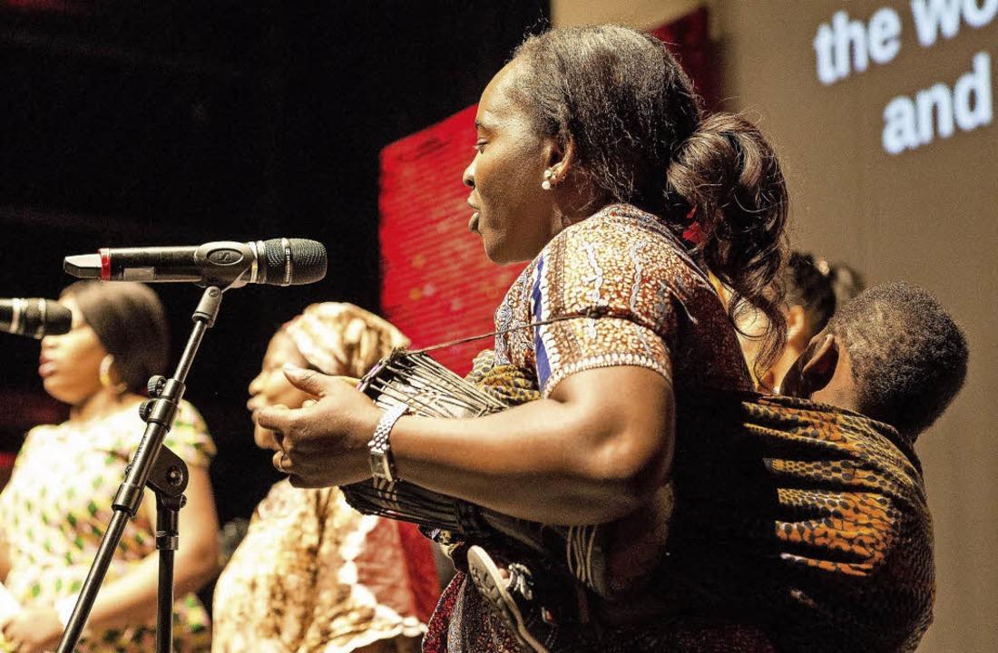 Trommel unterm Arm, Kind auf dem Rücken – Publikum entzückt  | Foto: Carlotta Huber