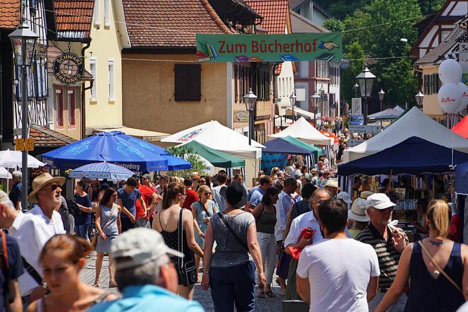 Büchermarkt in Endingen: In Hauptstraße, Dielenmarktstraße, Ritterstraße, auf dem Marktplatz und in Innenhöfen gab es Bücher und mehr zu entdecken. Allerdings bremste die zunehmende Hitze den Drang zum Bummeln. (Foto: Ilona Huege)