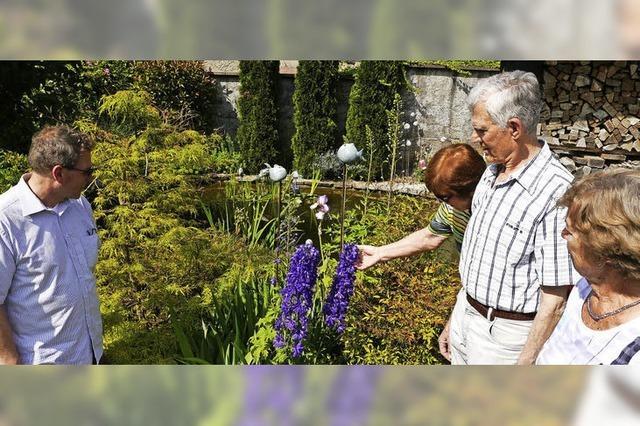 Viele Gäste im Garten von Familie Schmidt
