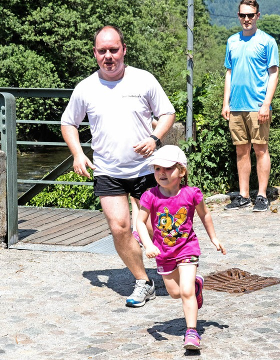 Stabsstellenleiter Stephan Fliegner be... seine Tochter bei ihrem Bambini-Lauf.  | Foto: Gabriele Zahn
