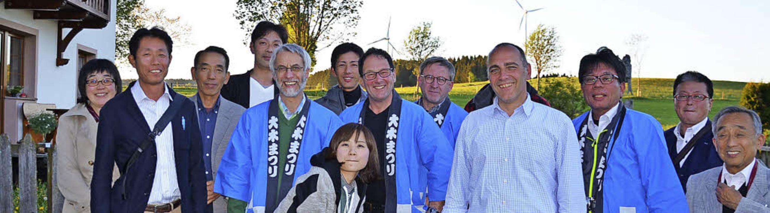 Die Besucher  aus Japan und ihre Gastg...die Windräder auf der Platte zu sehen.  | Foto: Alexandra Wehrle