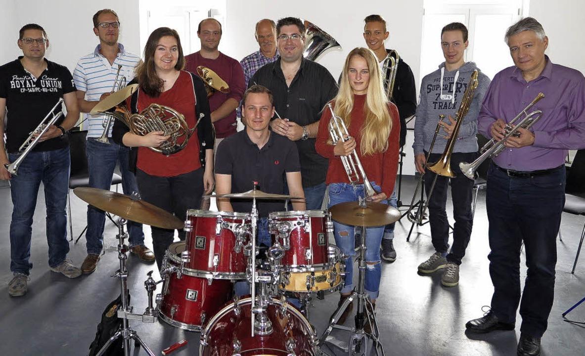Das künftige Verbands-Brass-Ensemble d...Simon Schäfer bei seiner ersten Probe     Foto: Dorothee Philipp