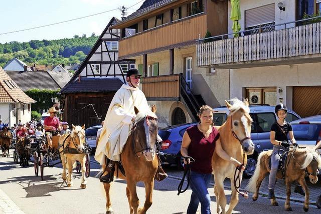Pfarrer Winter auf einem Pferderücken