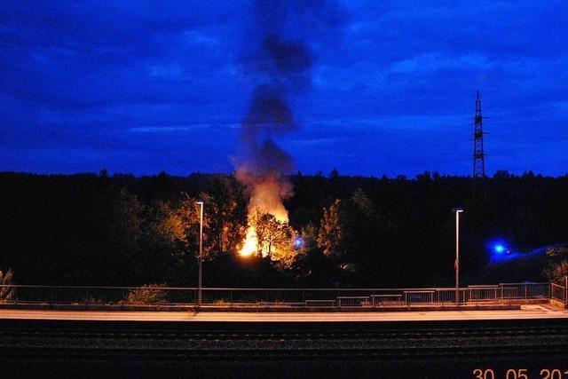 Schwörstadt: Gartenhütten mit Gasflaschen brennen