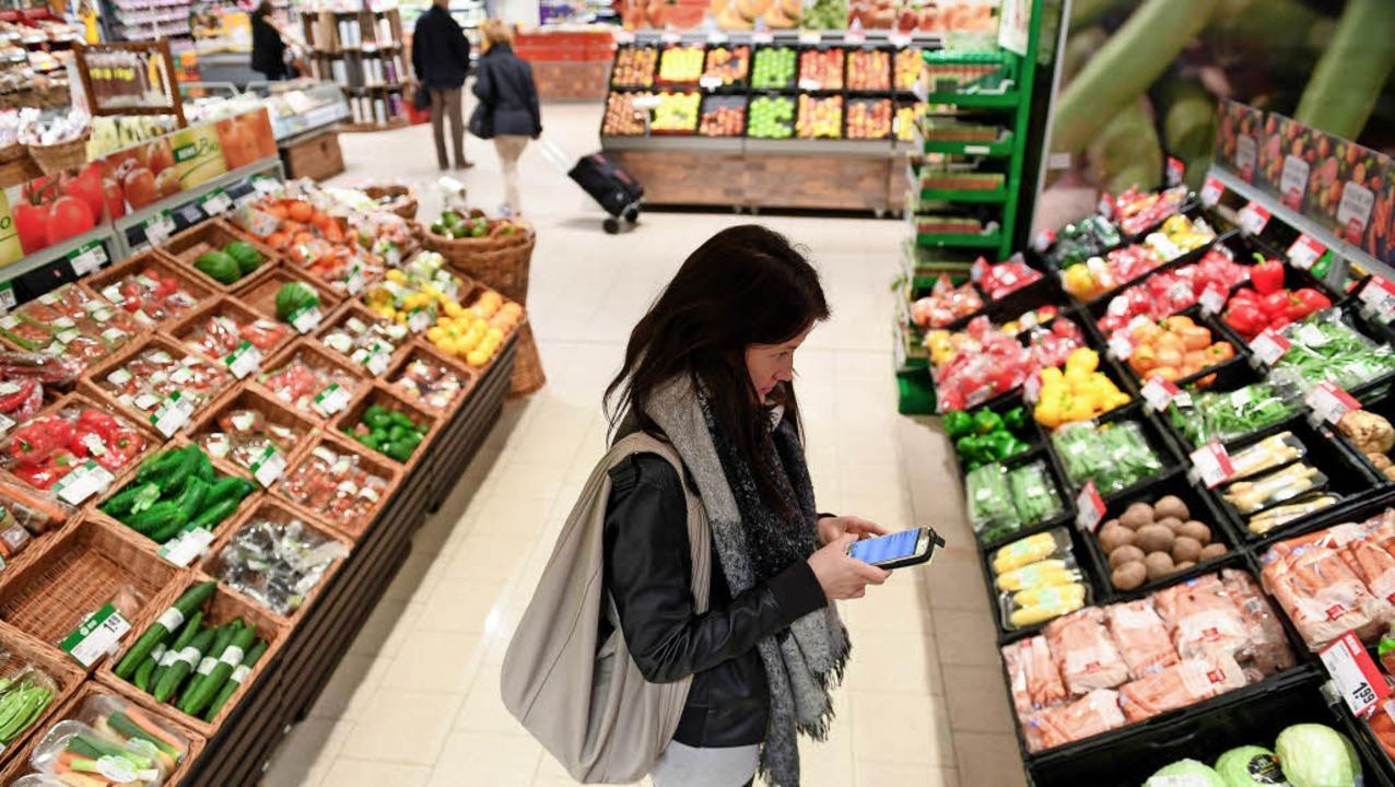 Bianca Kasper erfasst Preise in der Gemüseabteilung.   | Foto: dpa