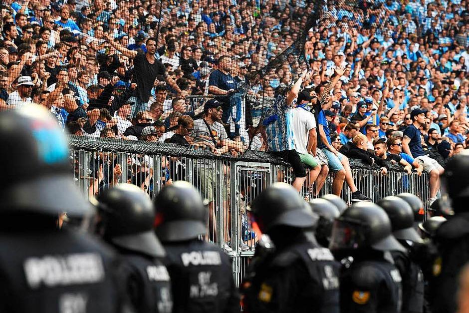 Die Chaos-Saison des einstigen deutschen Fußball-Meisters 1860 München endete mit einem Skandal: Zum ersten Mal seit einem Vierteljahrhundert stürzten die Löwen in die dritte Liga, wütende Fans warfen Stangen, Sitzschalen und andere Gegenstände auf das Spielfeld und sorgten für eine 14-minütige Unterbrechung. (Foto: dpa)