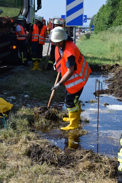 Die Feuerwehr ist auf der A5 mit Reinigungsarbeiten beschäftigt.  | Foto: Frank Schoch