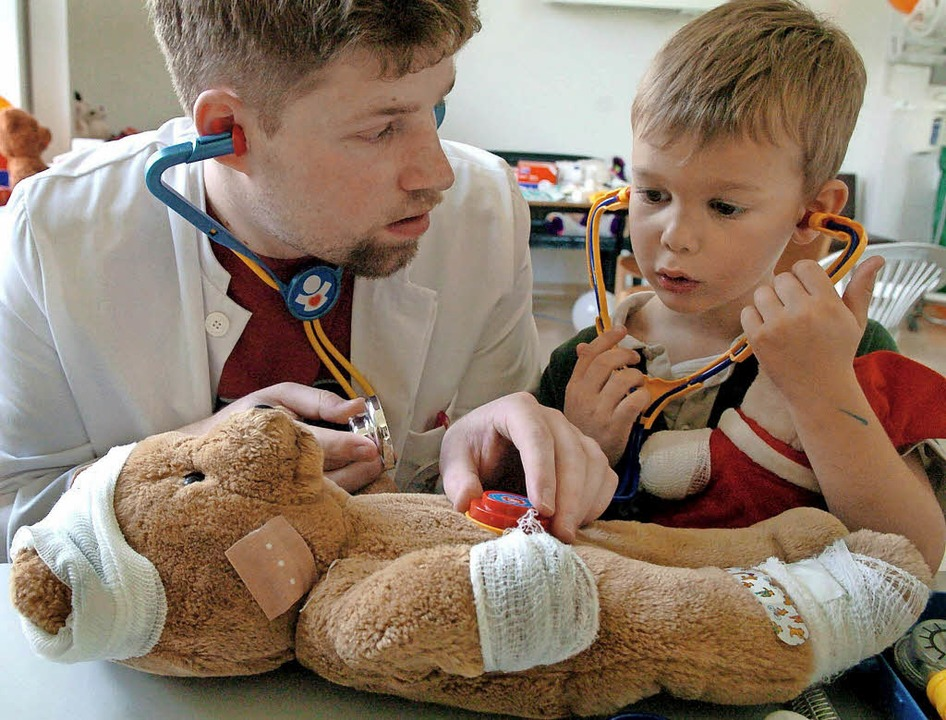 Teddy hat Aua – und die Kinder dürfen ihm helfen.  | Foto: Symbolbild: dpa