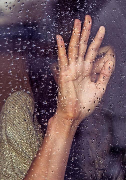 Wenn Lena eine depressive Phase hat, v... tagelang nicht das Haus (Symbolbild).  | Foto: Milada Vigerova (Unsplash)