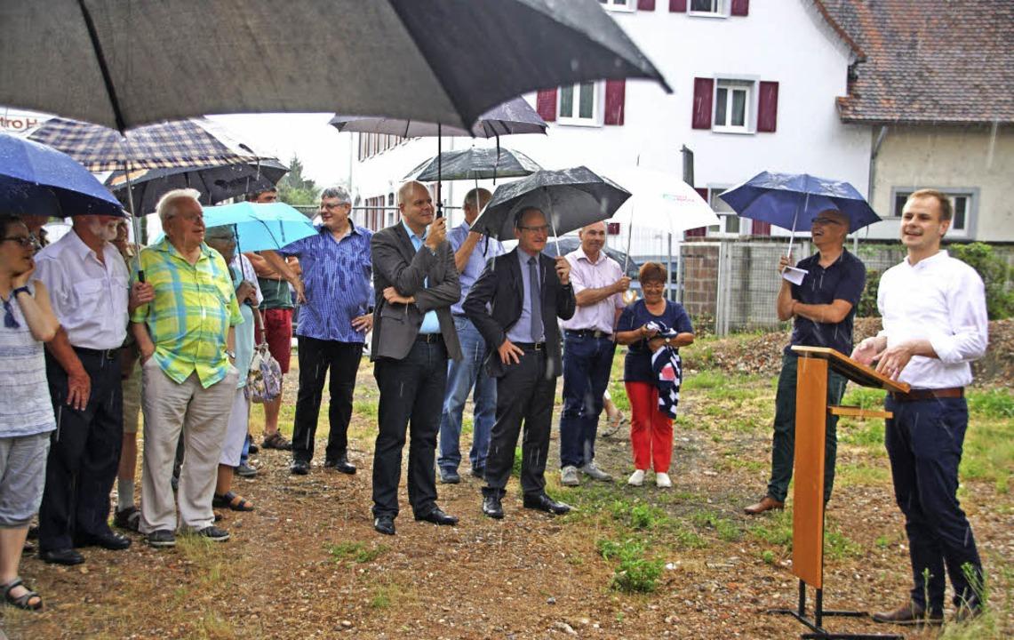 Baustart für das Gemeindehaus: Viele w...h einen kräftigen Gewitterguss nehmen.  | Foto: Ilona Hüge