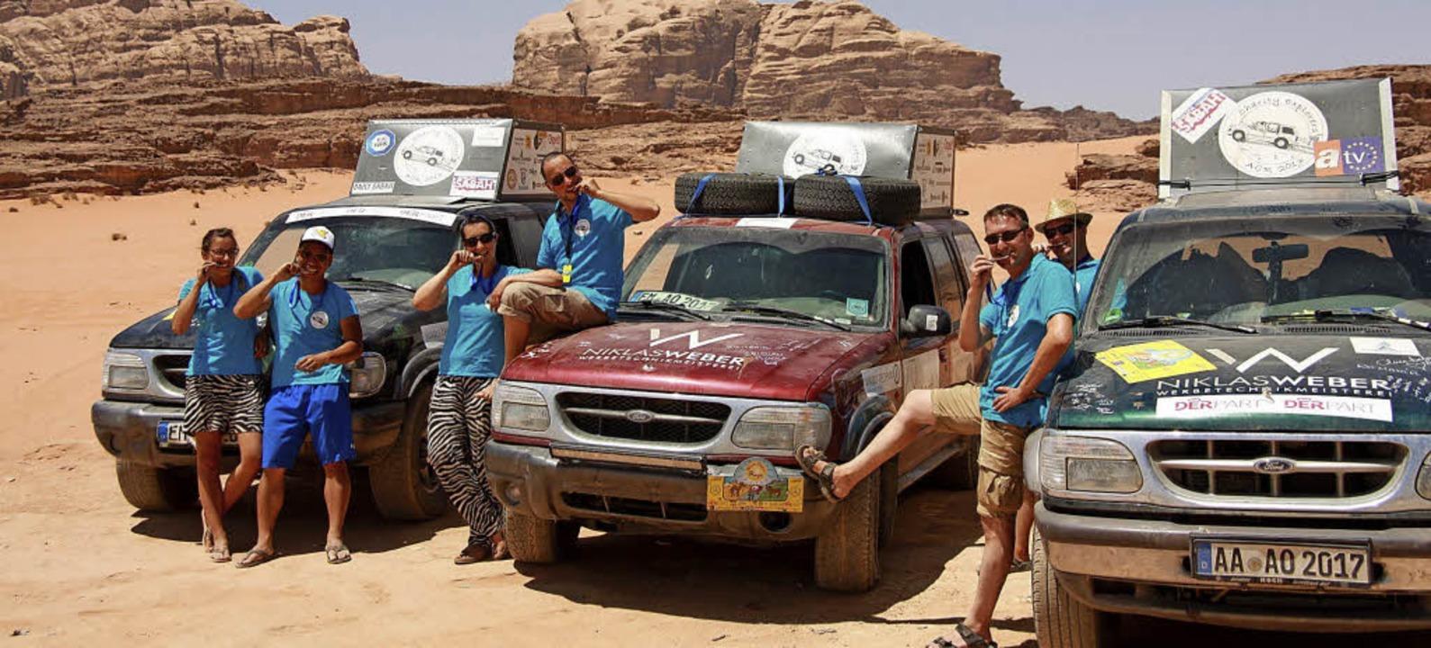 Die sechs Charity Explorers mit Medail...en drei unverwüstlichen Ford Explorer.  | Foto: Privat