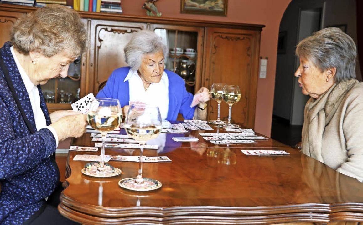 Canasta ist regelmäßig ihr Zeitvertrei...g und genießen dazu ein Gläschen Wein.    Foto: Martha Weishaar