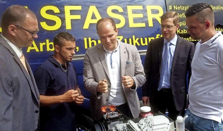Beim offiziellen Start für den Breitba...nd Florian Obersamer (P.O. Bau GmbH).     Foto: Landratsamt Emmendingen Robin Derdau