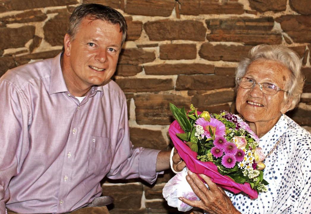 Ihren  100. Geburtstag  feierte  Magda...Blumenstrauß und  einem  Präsentkorb.     Foto: Ingeborg Grziwa