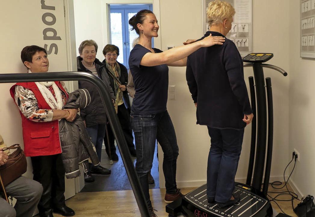 Eine Frage der Haltung: Heidi Reil unt...zt von Sporttherapeutin Johanna Patz.     Foto: Beatrice Ehrlich