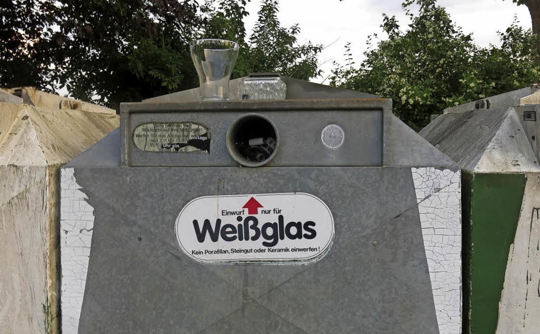 """Übervolle Glascontainer mit """"Deko"""" am Ortseingang  von Windenreute    Foto: Georg Voß"""