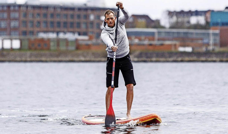 Timm          Kruse will die Donau von...dem Stand Up Paddle Board bezwingen.    | Foto: FRANK MOLTER