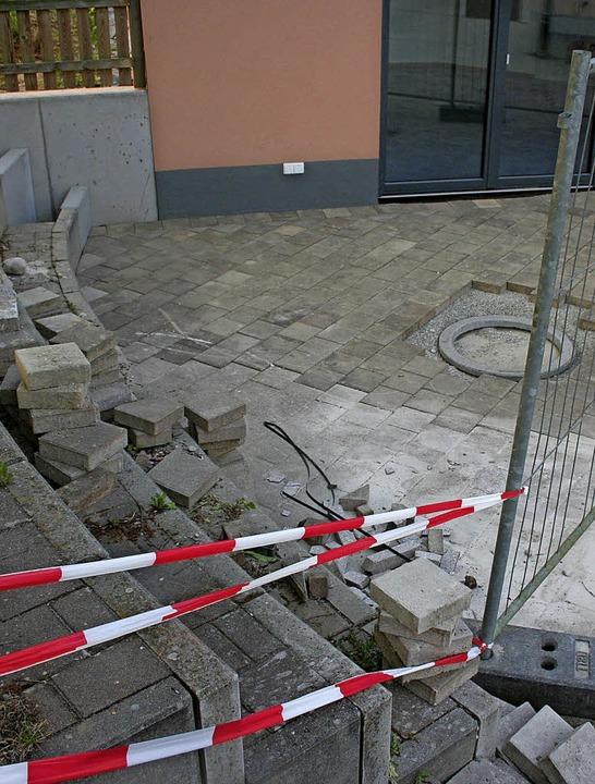 Pflasterarbeiten im Eingangsbereich wurden nicht zu Ende geführt.    Foto: Masson