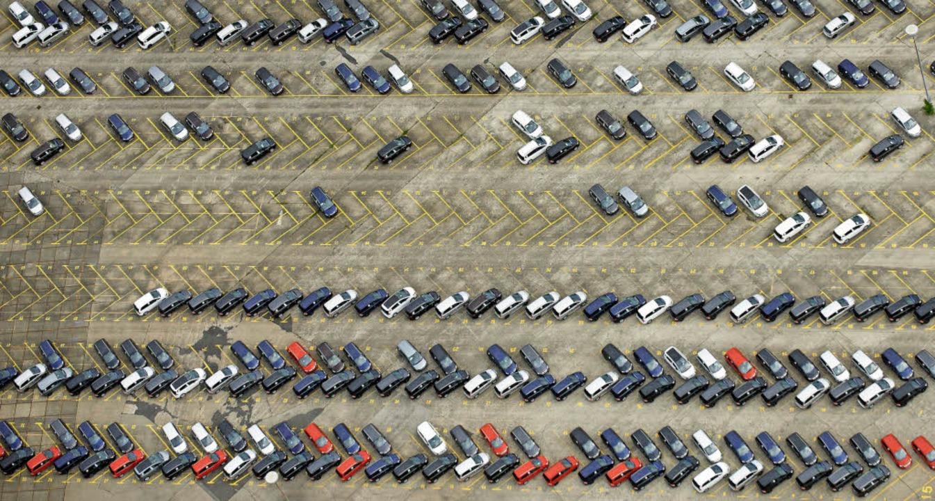 Wie viele Stellplätze pro Wohneinheit ...m Parkplatz des Opel-Werks in Bochum.   | Foto: Bernd Thissen/dpa