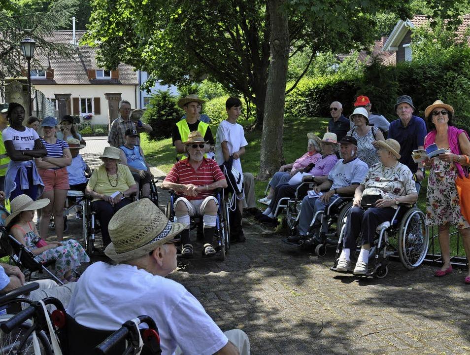 Bewohnerinnen und Bewohner des Breisac... Hofschneier (rechts mit Hut) leitete.  | Foto: Kai Kricheldorff