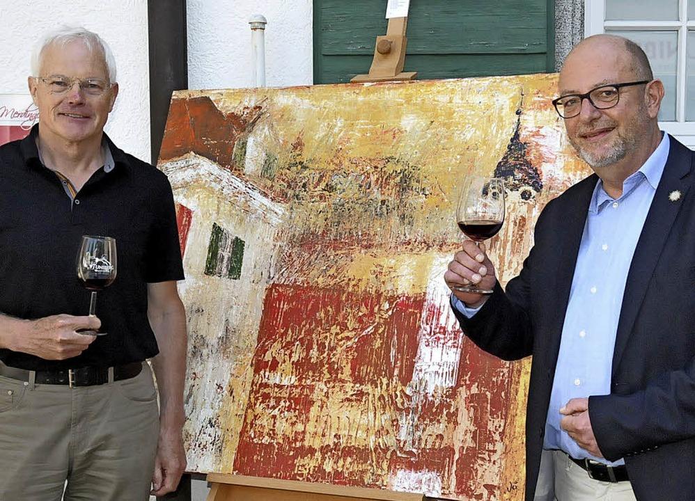 Eckart Escher (links) eröffnete die Au...lung mit Werken von Henning Johanßen.     Foto: Sebastian Ehret