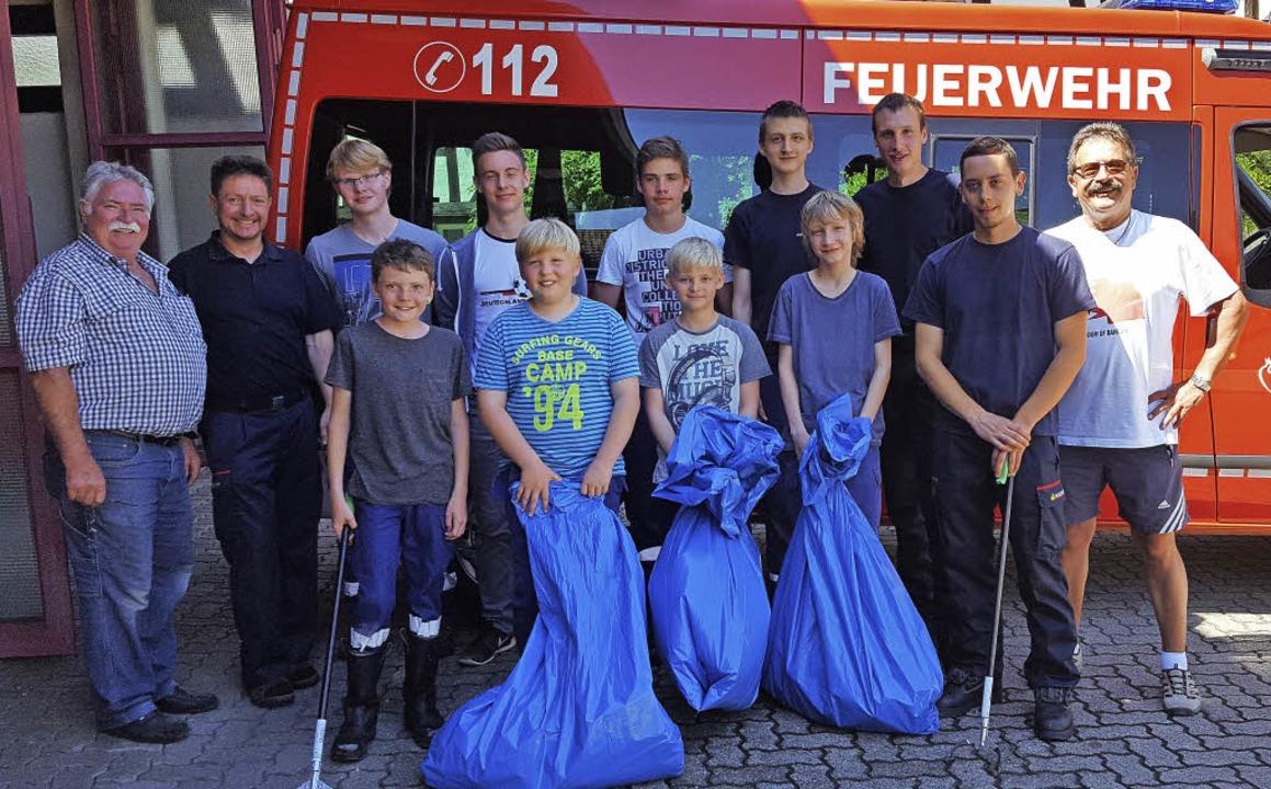 <BZ-FotoAnlauf>Jugendfeuerwehr: </BZ-F...nger Jugendfeuerwehr jede Menge Müll.   | Foto: Paul Schleer