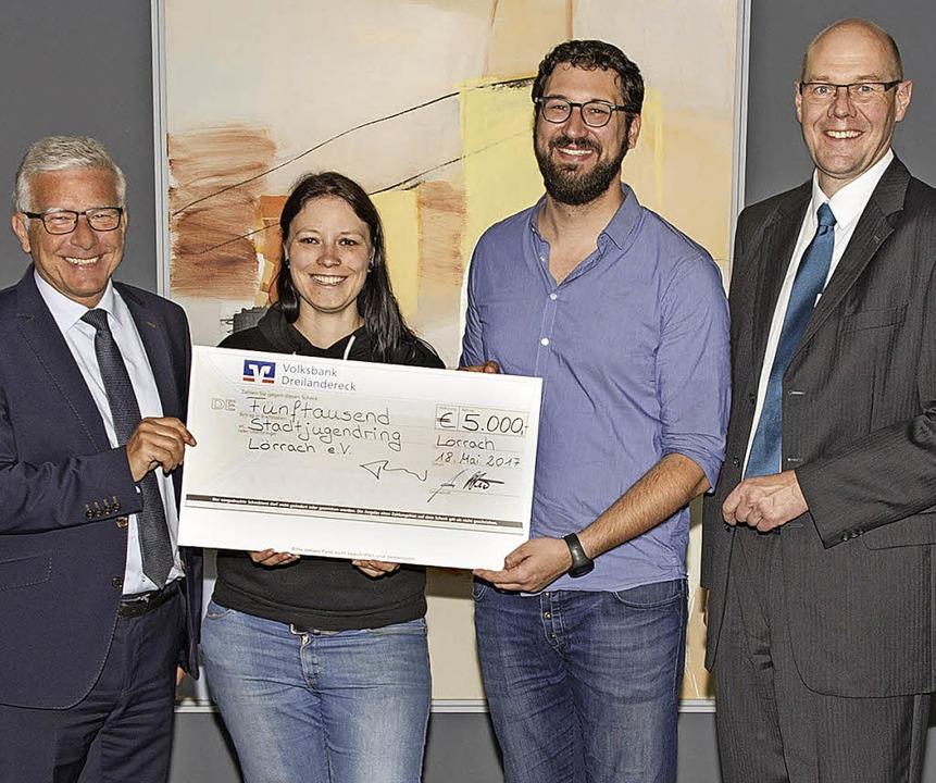<BZ-FotoAnlauf>Volksbank:</BZ-FotoAnla...umm und Christian Schwaab die Spende.   | Foto: Volksbank