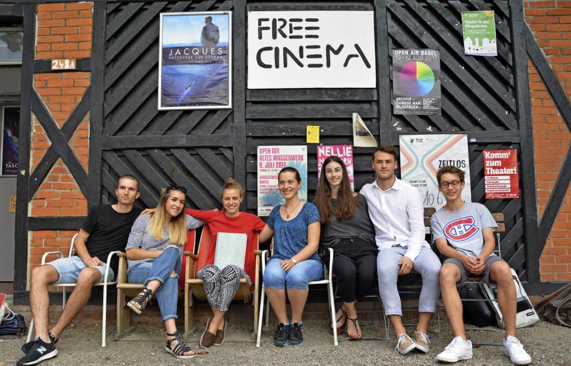 "Das Team des Free Cinema,  Moritz Bene...de das ""Kino im Hof"" vor.     Foto: Barbara Ruda"