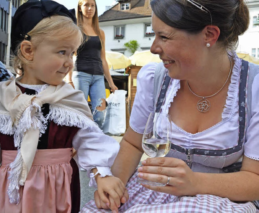 Die Markgräfler Weinprinzessin Franzis... Trachtengruppe Markgräflerland auf.    | Foto: Barbara Ruda