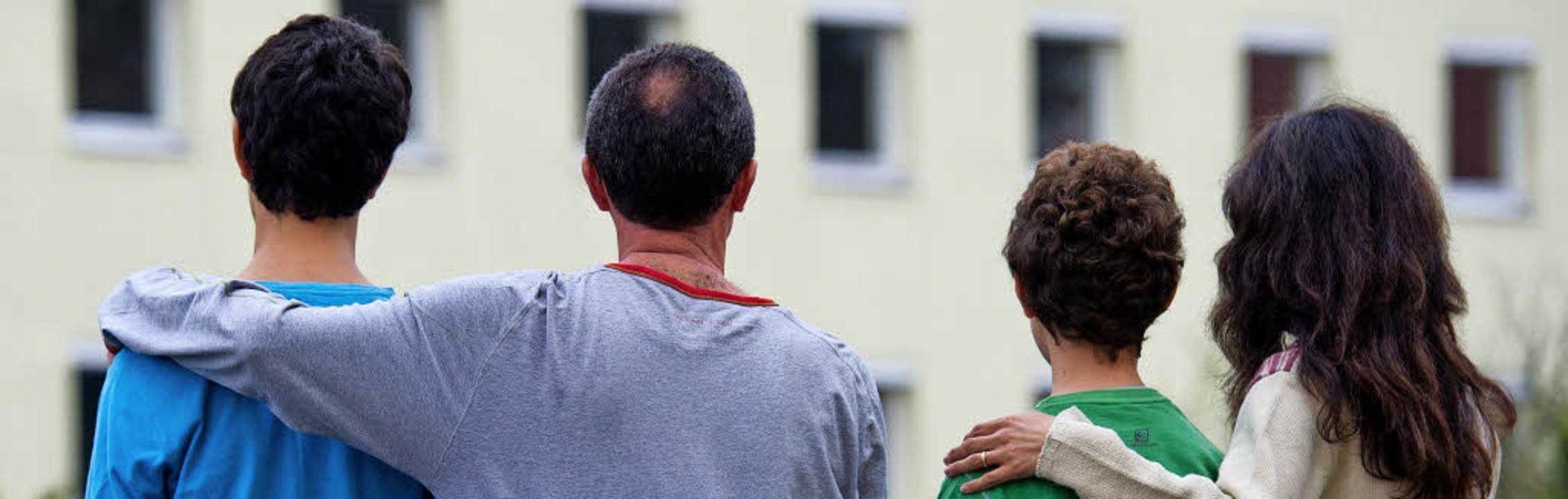 Neues Leben in Deutschland: Eine syris...ilie  vor einem Heim für Asylbewerber   | Foto: dpa/Elena Scholz (Universität Osnabrück)