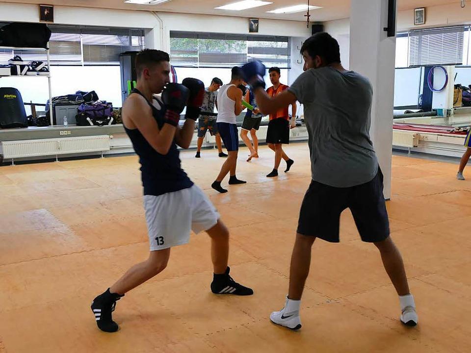 Training im Boxclub Müllheim,  im Vord...aron Riede (links) und Sava Jovanovic   | Foto: Susanne ehmann