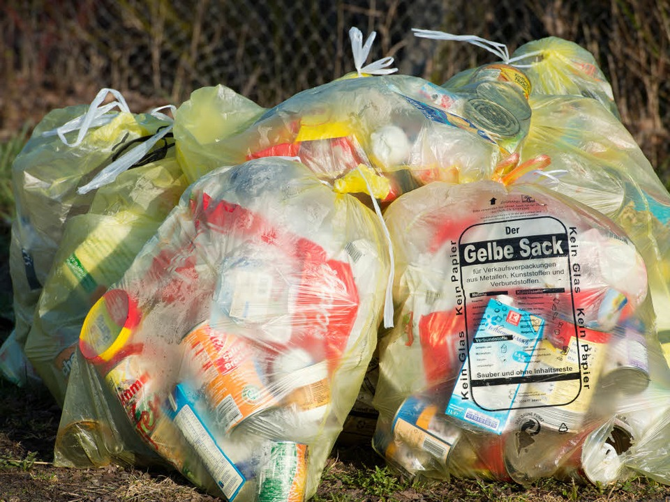 Lörrach: Gelbe Säcke in Brand (Symbolbild)  | Foto: dpa