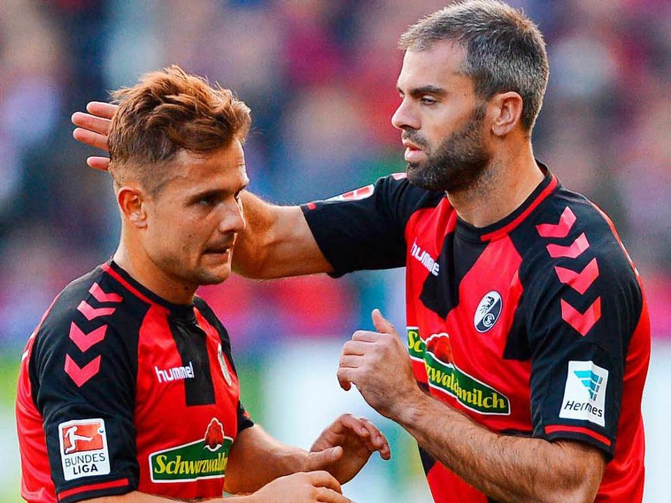 Marc Torrejón (rechts) verabschiedet sich von Amir Abrashi und dem SC Freiburg.  | Foto: dpa