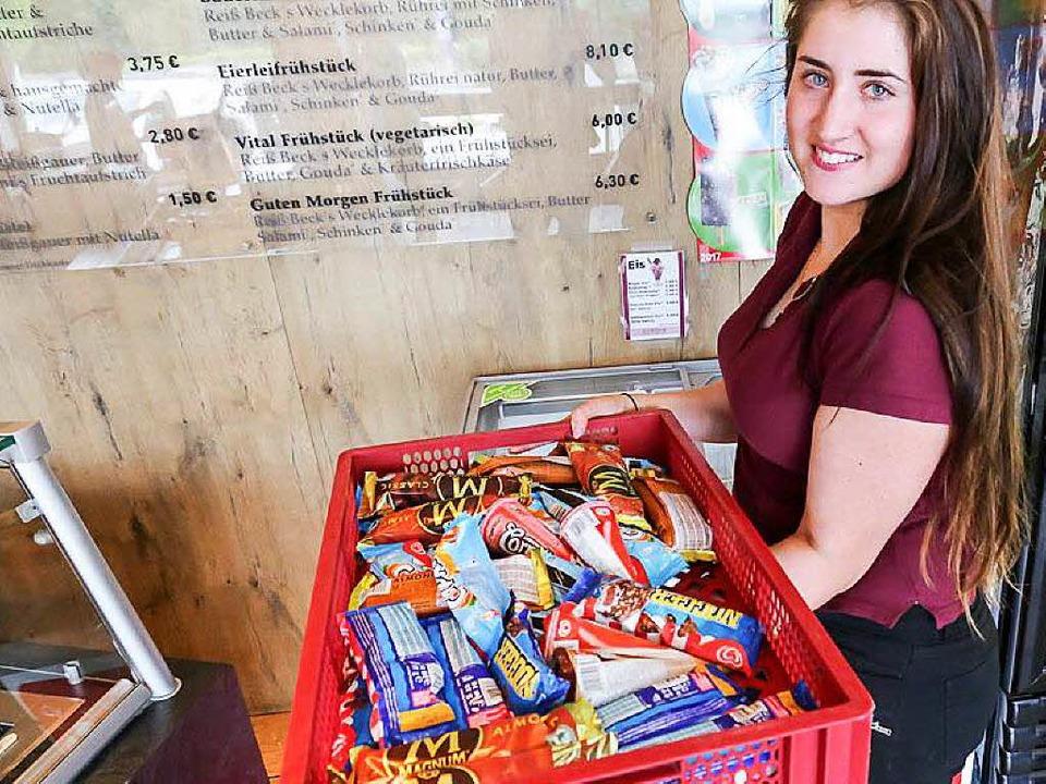 Verkäuferin Selina Rogg mit dem geschmolzenen Eis der Bäckerei Reiß-Beck.  | Foto: Oliver Huber