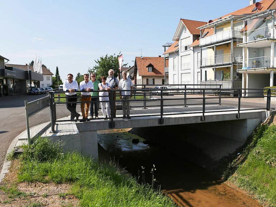 Vertreter des Handels, der Gemeinde un...eierten die Fertigstellung der Brücke.    Foto: Christoph Breithaupt