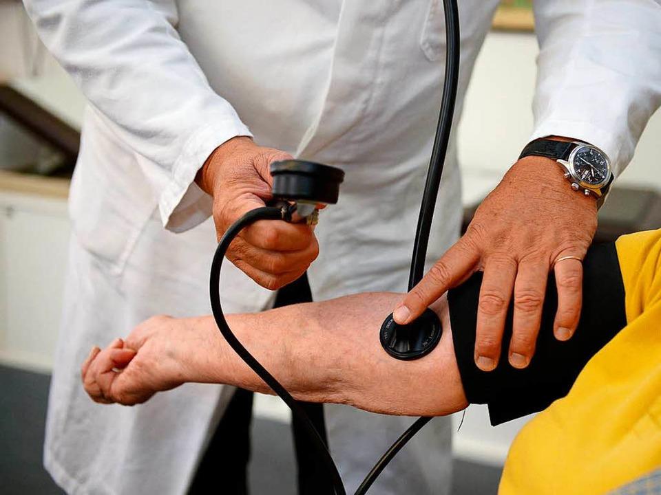 Nah am Patienten: Das ist der Alltag des  Hausarztes.    Foto: dpa