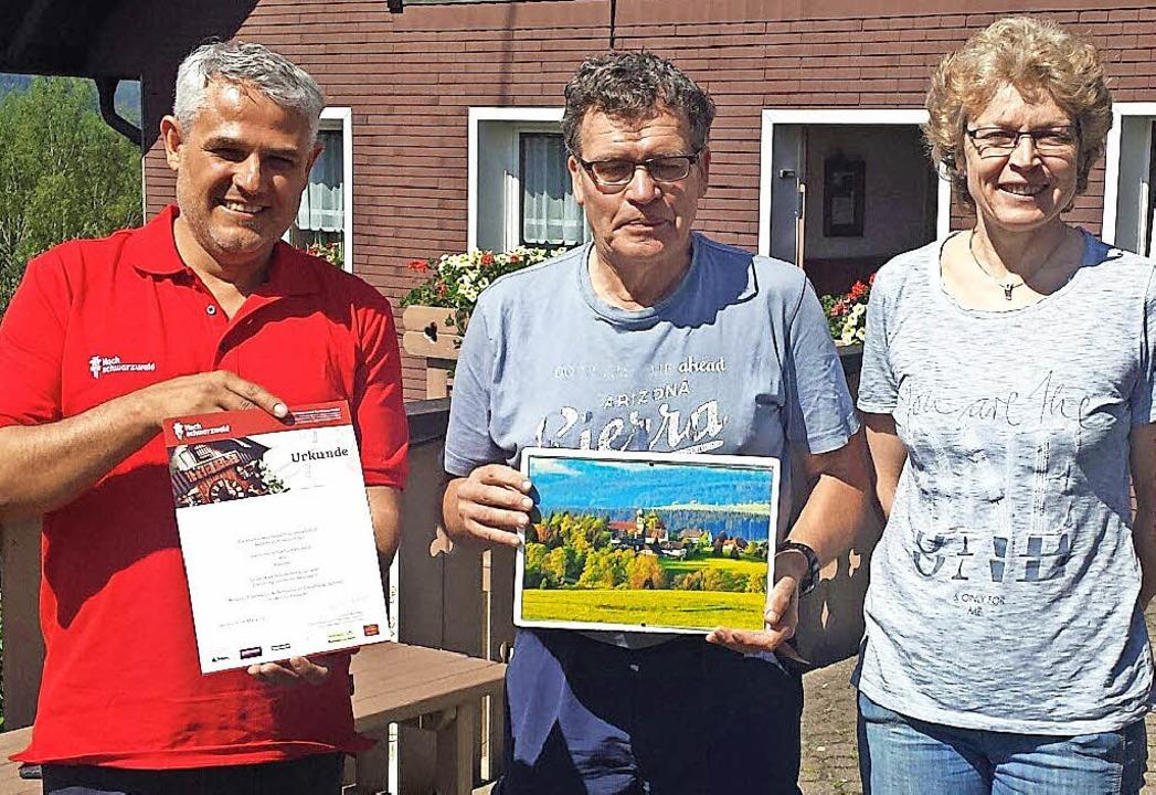 Für 50 Ferienaufenthalte in Kappel zei...d Maiwald (mitte) im Haus Schmid aus.   | Foto: HTG