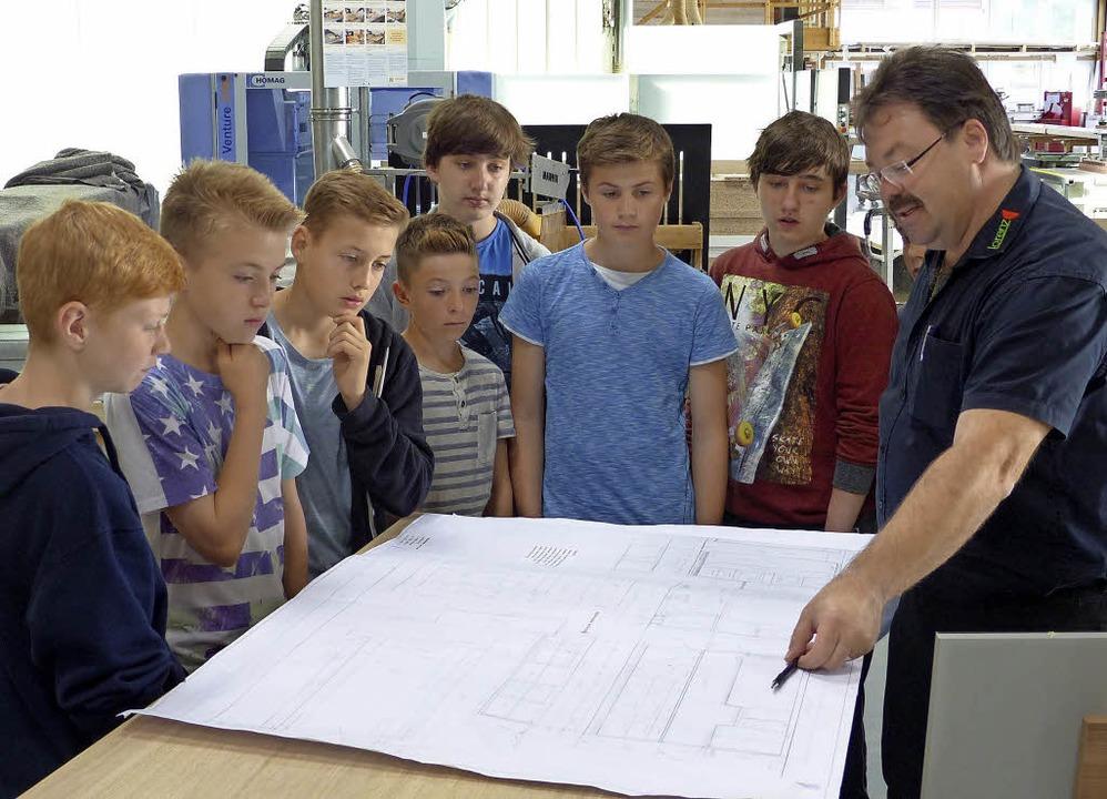Am Anfang steht ein Plan: Firmenchef J... Schülern  eine technische Zeichnung.   | Foto: Privat