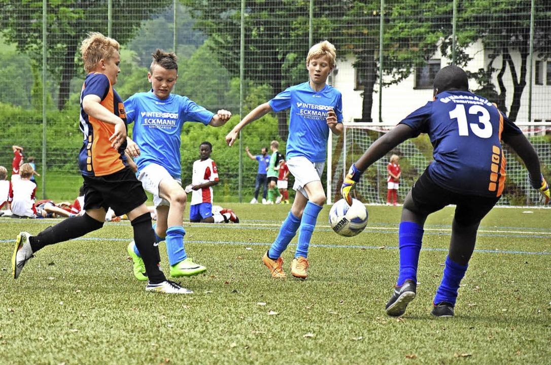 400 Schüler kicken im Dreisamtal bei J... die Grundschule Kirchzarten selbst.    | Foto: Jonas Hirt