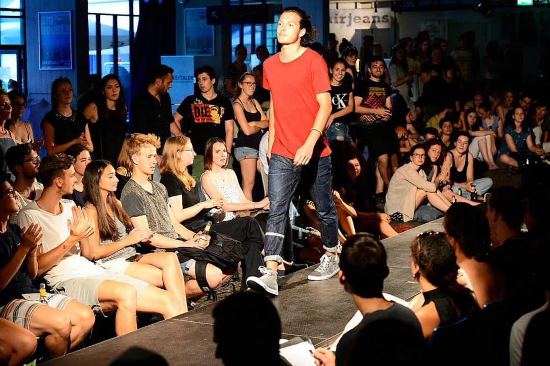 Selbstbewusste Models, jubelnde Zuschauer  | Foto: Ingo Schneider