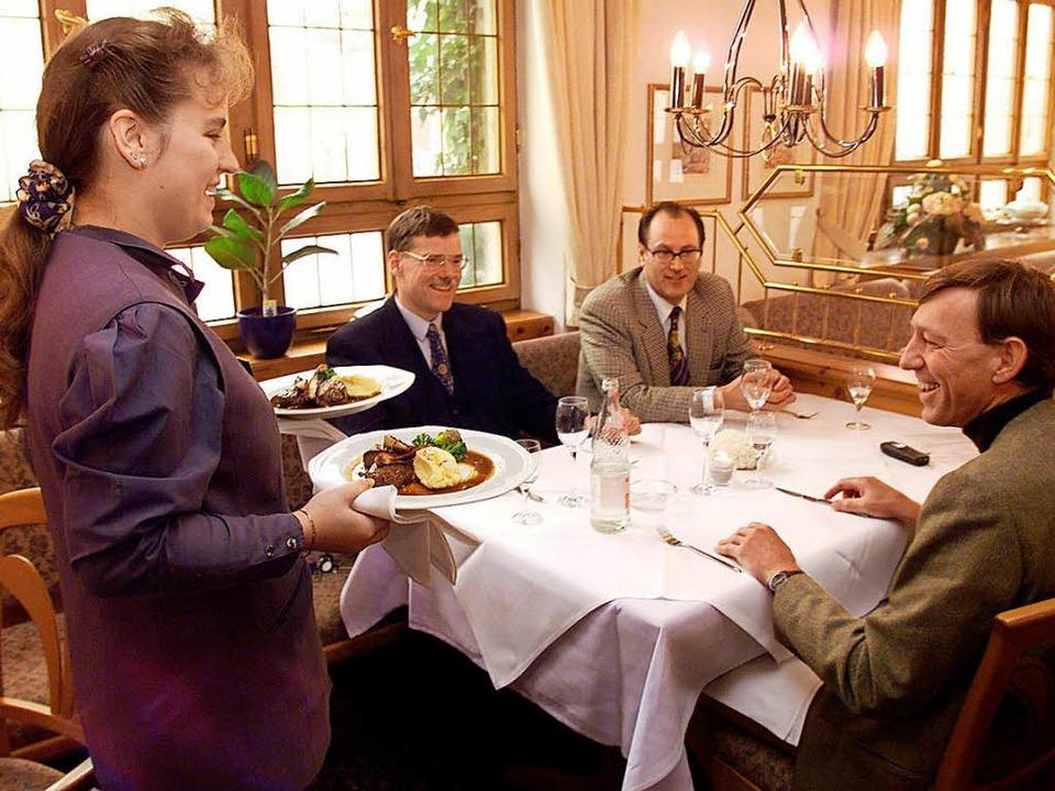 Heile Welt in der Gastronomie: Mit der... fehlt oft an qualifiziertem Personal.  | Foto: DPA
