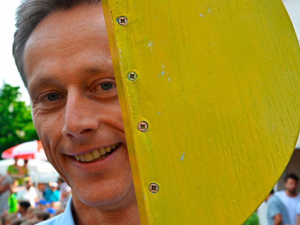 Bürgermeister Michael Wilke mit Startklappe  | Foto: Barbara Ruda