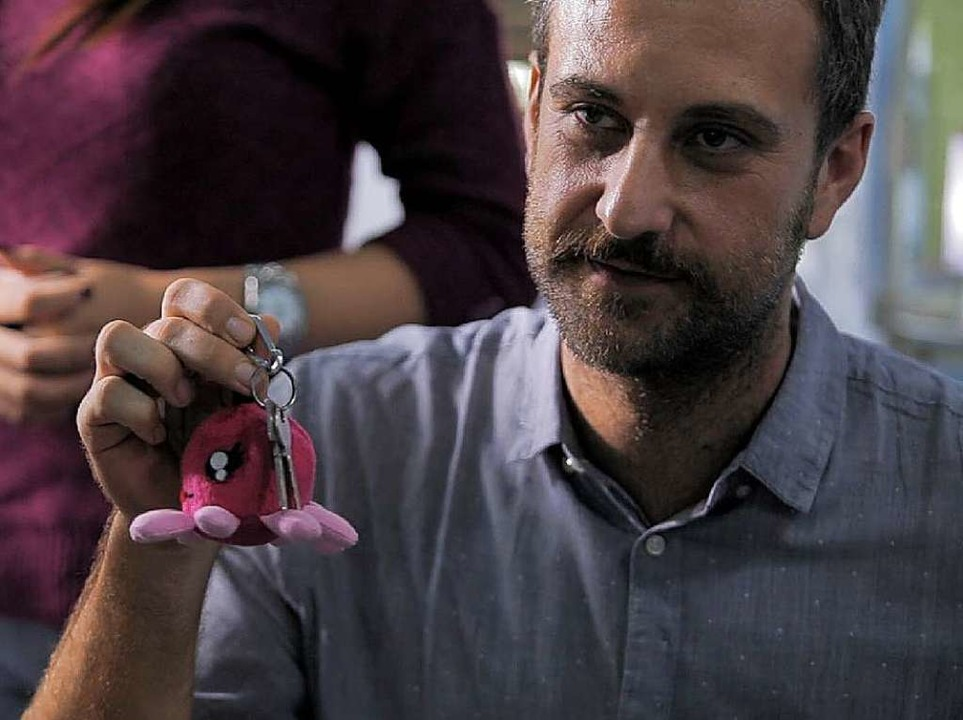 Roger Spranz mit Tasini, einer wiederv...kt – in diesem Fall einer Krake.    Foto: Making Oceans Plastic Free